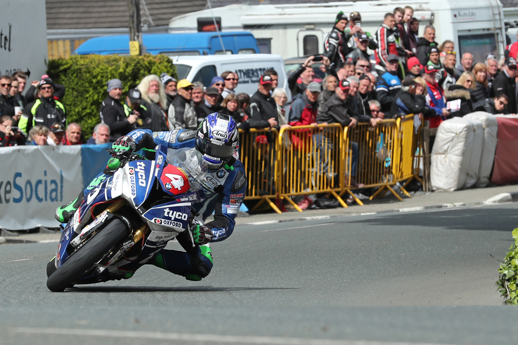 07/06/2017: Ian Hutchinson (BMW/Tyco BMW) at Ginger Hall during the RL360 Quantum Superstock TT Race. PICTURE BY DAVE KNEEN/PACEMAKER PRESS