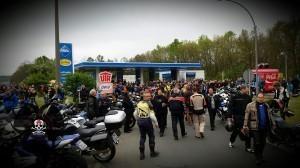 1.Mai Motorradtreffen in Nürnberg - Um ca. 9 Uhr - es ist noch n bissl was frei an der Tanke, viele parken aber schon auf dem Standstreifen