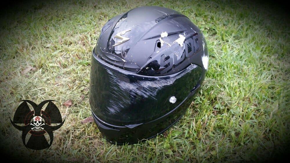 Abgeschliffener gebrochener Helm nach Sturz durch falsches Bremsen