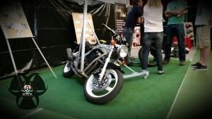 Motorrad mit Ausleger zum lernen bzw. üben um mehr Schräglage zu erreichen