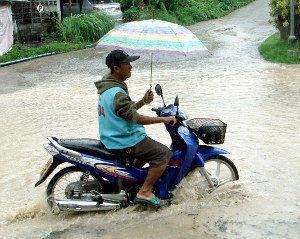 Moped im Regen
