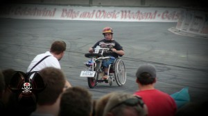 Rollstuhlfahrer beim Burnoutkontest