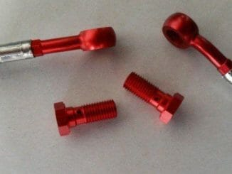 Stahlflex-Bremsleitung schwarz ummantelt mit roten Anschlüssen und Schrauben