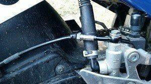 Hier eine Stahlflex-Bremsleitung schwarz ummantelt.