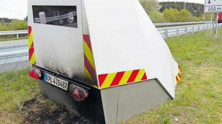 Blitzer-Anhänger in Brand gesetzt