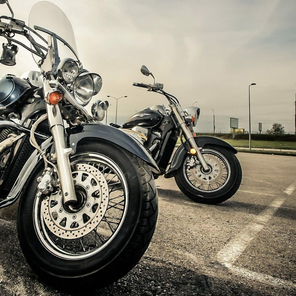 Auto rempelt an einer Ampel mehrfach eine Harley an